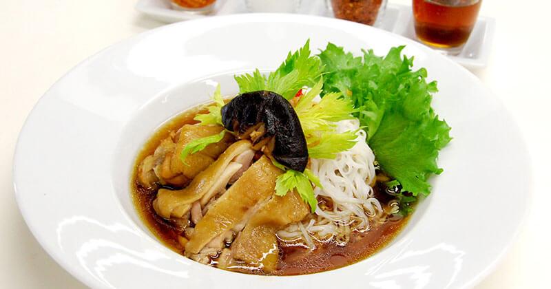 クァイティアオ・ガイ・トゥン(煮込み鶏肉スープのライスヌードル)ก๋วยเตี๋ยวไก่ตุ๋น