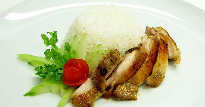 カーオ・マン・ガイヤーン(鶏肉のあぶり焼きのせご飯)ข้าวมันไก่ย่าง