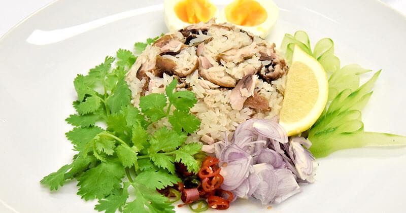 カーオ・クルック・プラートート・ソンクルアン(揚げ魚のまぜごはん)ข้าวคลุกปลาทอดทรงเครื่อง