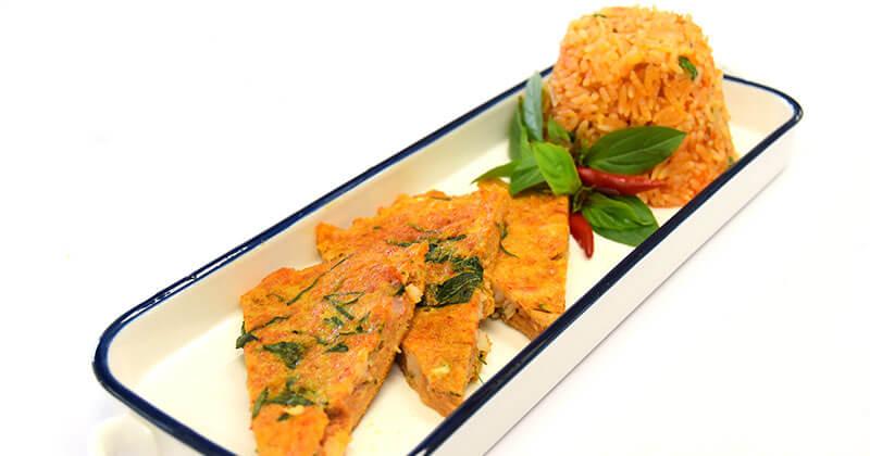 カーオパット・マン・クン・カイトート・ゲーンペット(エビ味噌チャーハンとレッドカレー風味の卵焼き)ข้าวผัดมันกุ้งไข่ทอดแกงเผ็ด