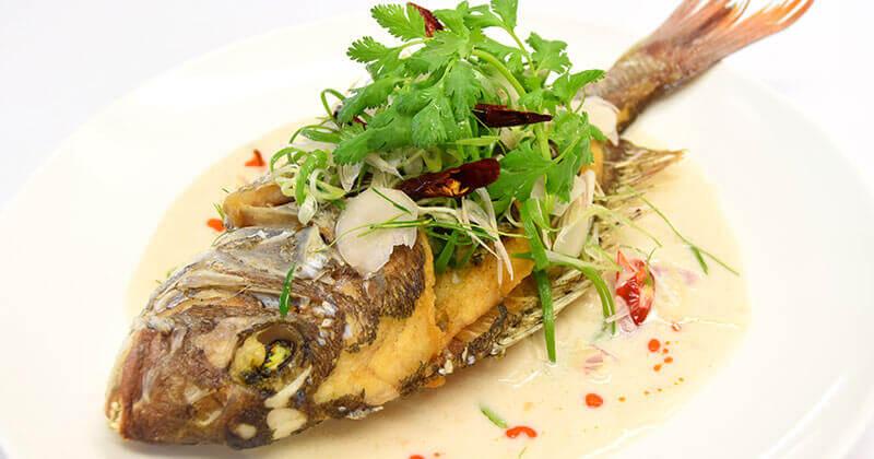 プラートート・ソース・トムカー(揚げ魚のココナッツミルクがけ)ปลาทอดซอสต้มข่า